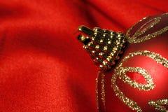 Esfera vermelha do Natal no cetim Fotos de Stock Royalty Free