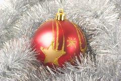 Esfera vermelha em um fundo de prata Fotografia de Stock Royalty Free