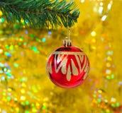 Esfera vermelha no Natal imagem de stock royalty free
