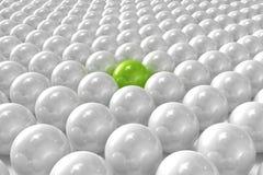 Esferas 3D brancas com posição do verde um para fora Fotografia de Stock