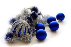 Esferas azuis do Natal no fundo branco. Fotografia de Stock Royalty Free