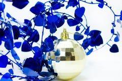 Esferas brilhantemente coloridas do Natal e fita curly Imagem de Stock Royalty Free