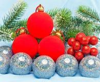 Esferas brillantes de los juguetes del Año Nuevo contra ramas de un abeto de la Navidad. Todavía de la Navidad vida Fotos de archivo libres de regalías