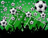 Esferas, campo e ventiladores de futebol no fundo verde Foto de Stock Royalty Free