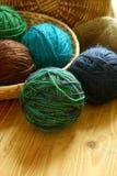Esferas coloridas das lãs no fundo de madeira Foto de Stock