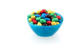 Esferas coloridas do chocolate na bacia azul Foto de Stock Royalty Free
