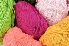 Esferas coloridas do fio Fio da malha para fazer malha Skeins da tela Imagem de Stock Royalty Free