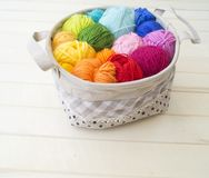 Esferas coloridas do fio Vista de acima Cores do arco-íris Todas as cores Foto de Stock