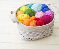 Esferas coloridas do fio Vista de acima Cores do arco-íris Todas as cores Fotografia de Stock