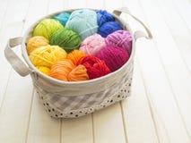 Esferas coloridas do fio Vista de acima Cores do arco-íris Todas as cores Imagem de Stock
