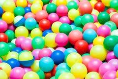 Esferas coloridas em um campo de jogos para miúdos Fotografia de Stock