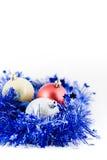 Esferas coloridas Natal no ouropel azul Fotografia de Stock