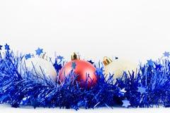 Esferas coloridas Natal no ouropel azul Imagem de Stock Royalty Free