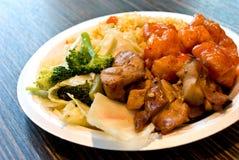 Esferas da carne de porco e fatias panadas de galinha-japonês foto de stock royalty free