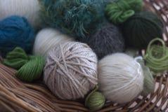 Esferas das lãs na cesta - na maior parte verdes Foto de Stock Royalty Free