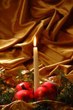 Esferas das velas e do Natal Fotos de Stock Royalty Free