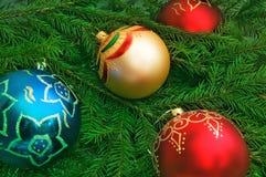Esferas de ano novo em uma pele-árvore Fotos de Stock Royalty Free