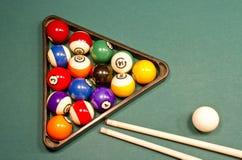 Esferas de bilhar na tabela de associação verde Foto de Stock Royalty Free