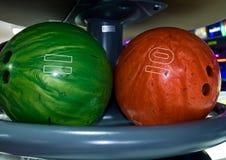 Esferas de bowling em uma cremalheira Foto de Stock