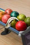 Esferas de bowling na cremalheira Imagens de Stock