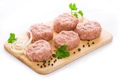 Esferas de carne arranjadas em uma placa de estaca Foto de Stock