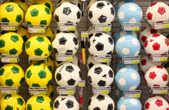 Esferas de futebol na loja Imagem de Stock