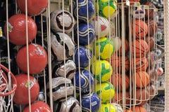 Esferas de futebol na loja Foto de Stock