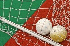 Esferas de futebol no objetivo imagens de stock royalty free
