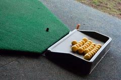 Esferas de golfe em uma cremalheira Foto de Stock Royalty Free
