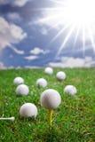 Esferas de golfe na grama Foto de Stock Royalty Free