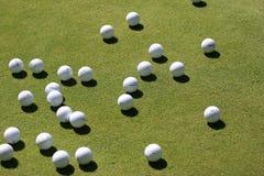 Esferas de golfe no verde Foto de Stock