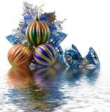 Esferas de la Navidad en un oropel imagenes de archivo
