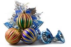 Esferas de la Navidad en un oropel imagen de archivo