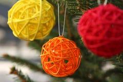 Esferas de madeira decorativas coloridas na árvore de Natal Imagens de Stock Royalty Free