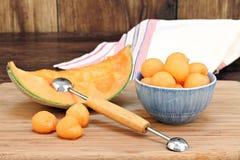 Esferas de melão do Cantaloupe em uma bacia imagens de stock royalty free