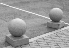 Esferas de pedra no passeio Blocos da pedra Elementos da arquitetura da cidade fotos de stock