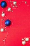 Esferas de prata e azuis do Natal Fotografia de Stock