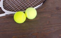 Esferas de tênis e raquete de tênis Foto de Stock Royalty Free