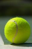 Esferas de tênis na corte imagem de stock royalty free