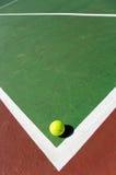 Esferas de tênis na corte imagens de stock