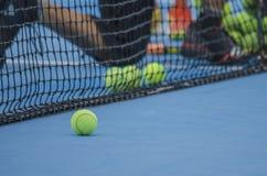 Esferas de tênis na corte Foto de Stock