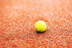 Esferas de tênis na corte de argila Imagem de Stock