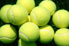Esferas de tênis na grama Imagens de Stock Royalty Free