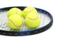 Esferas de tênis na raquete Fotos de Stock Royalty Free