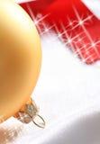 Esferas de vidro amarelas e alguma fita vermelha Fotografia de Stock Royalty Free