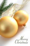 Esferas de vidro amarelas, fita do ouro e algum abeto Fotografia de Stock Royalty Free