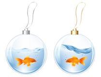 Esferas do ano novo com os peixes na água Imagem de Stock Royalty Free