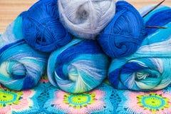 Esferas do fio colorido Multi lãs dentro Fotos de Stock
