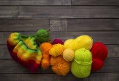 Esferas do fio colorido O processo de fazer malha tampões Fotos de Stock Royalty Free