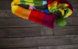 Esferas do fio colorido O processo de fazer malha tampões Foto de Stock